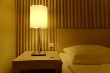 Nachttischlampe am Bett